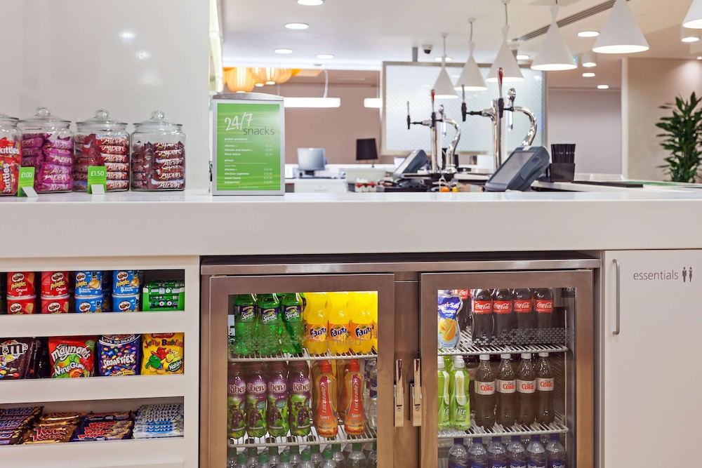 Snack Bar, Hampton by Hilton London Gatwick Airport