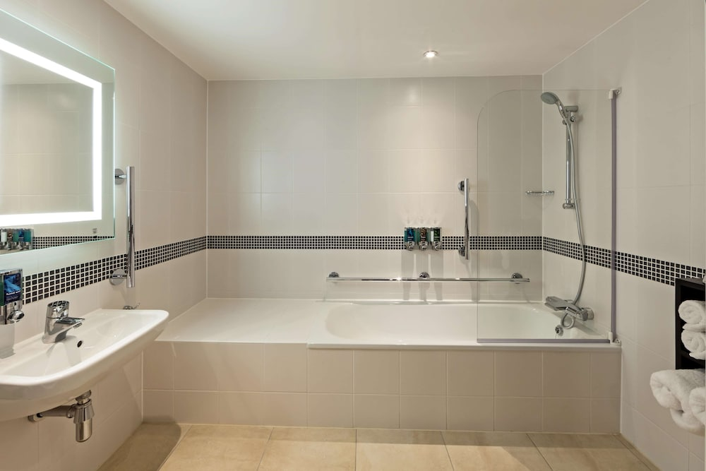 Bathroom, Hampton by Hilton London Gatwick Airport