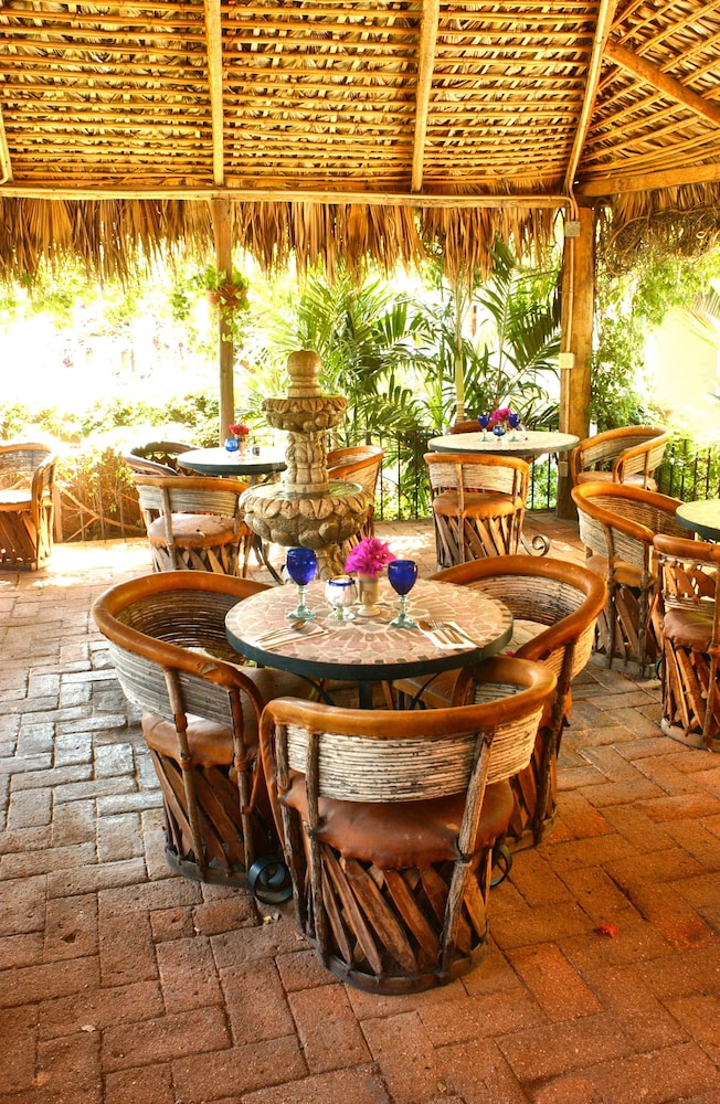 Outdoor Dining, The Bungalows Hotel