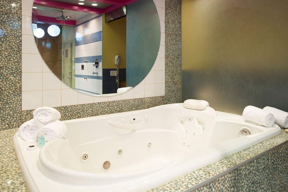 Jetted Tub, Le Chabrol Hotel & Suites