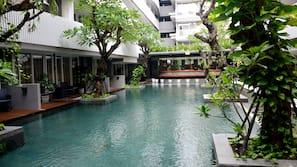 3 kolam renang outdoor, dengan payung kolam renang dan kursi berjemur