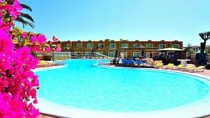 Una piscina al aire libre, cabañas de piscina gratuitas, tumbonas