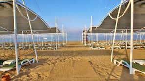 Aan een privéstrand, gratis strandhuisjes, ligstoelen, parasols