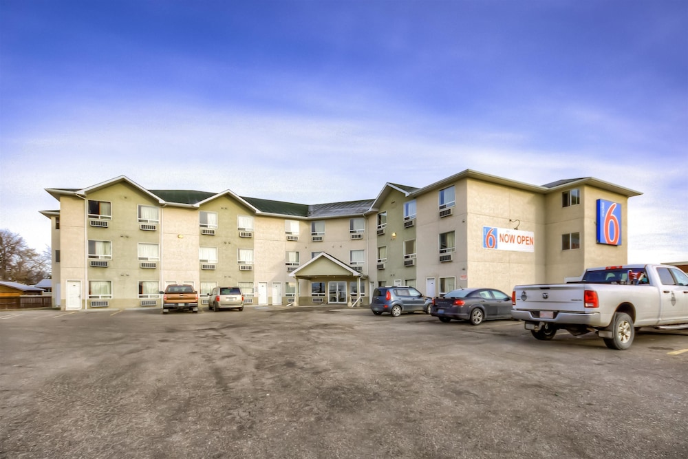 Search hundreds of travel sites at once for hotels in Regina