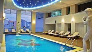室外泳池;07:00 至 22:00 開放;躺椅
