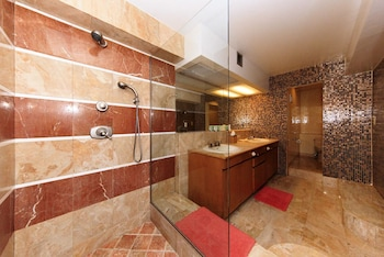 Grand Studio Suite - Bathroom