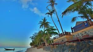 Gần bãi biển, ghế dài tắm nắng, dù trên bãi biển