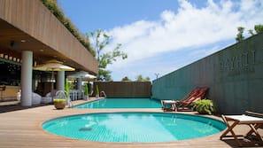 季節性室外泳池;09:00 至 22:00 開放;泳池傘、躺椅