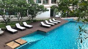 室外泳池;躺椅