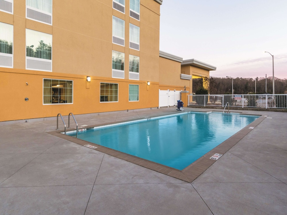 Pool, La Quinta Inn & Suites by Wyndham Knoxville Papermill