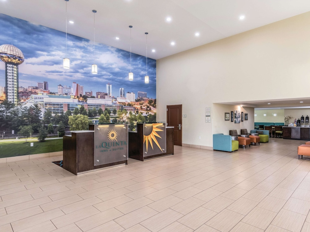 Lobby, La Quinta Inn & Suites by Wyndham Knoxville Papermill