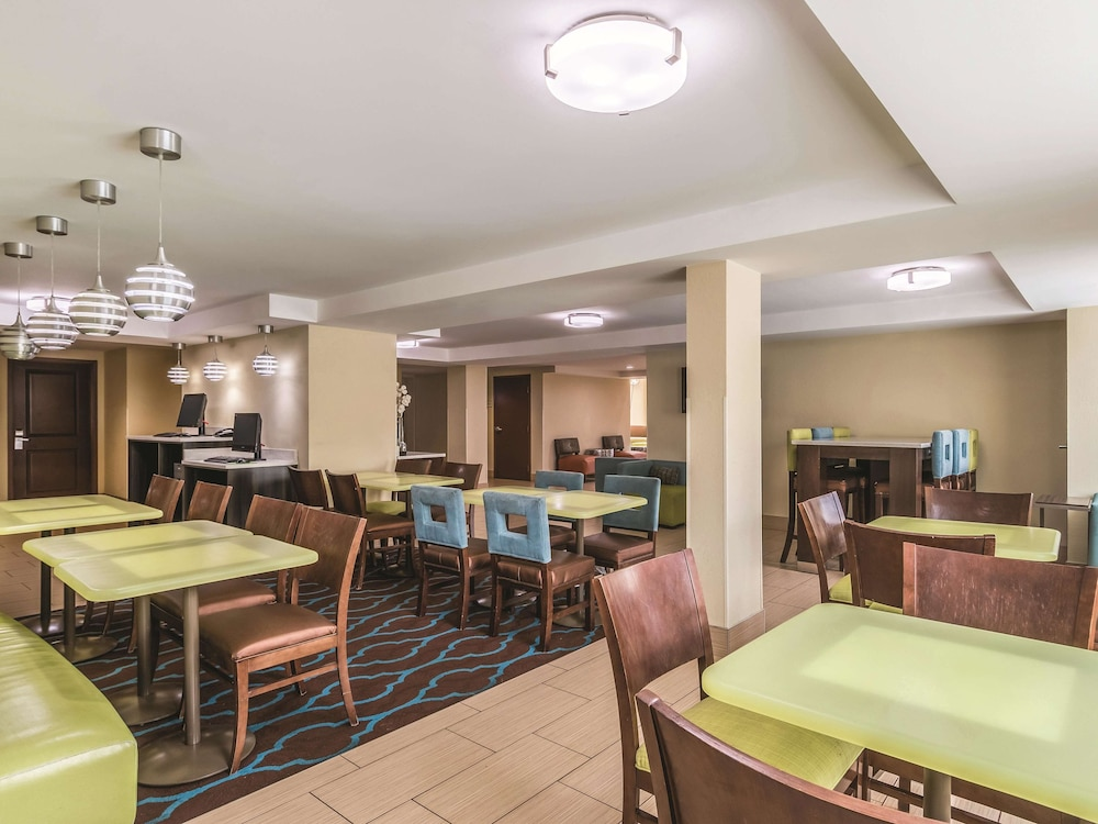 Breakfast Area, La Quinta Inn & Suites by Wyndham Knoxville Papermill