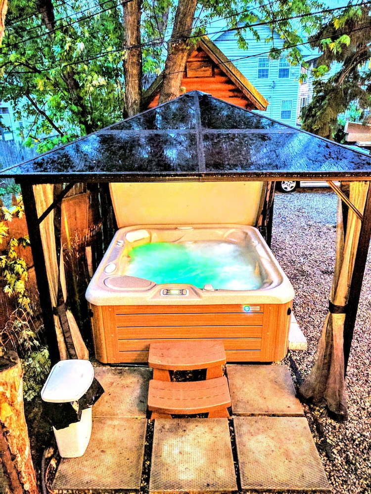 Outdoor Spa Tub, The Wayfaring Buckeye Hostel