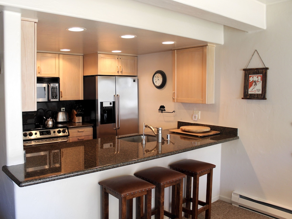 Private Kitchen, Vail International Condominiums