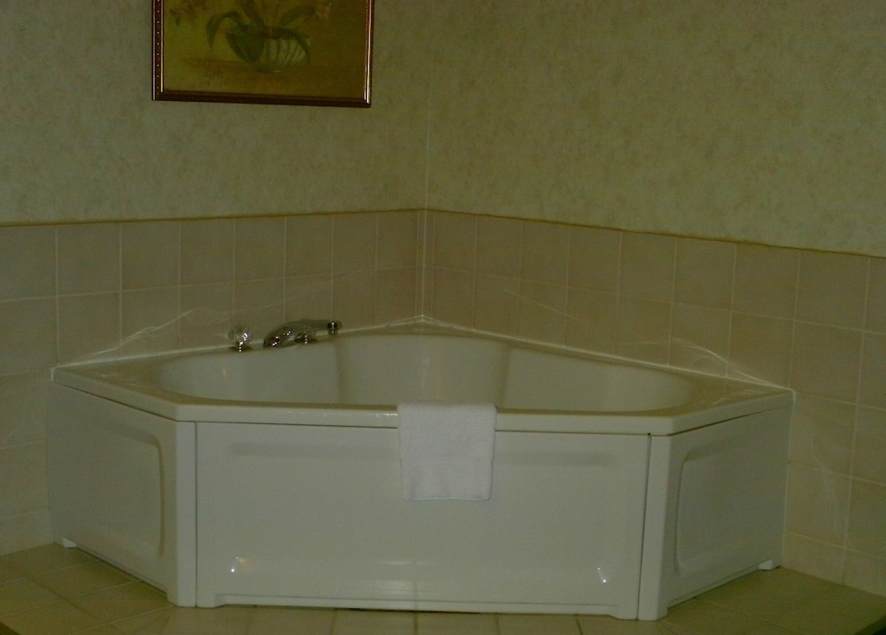 Jetted Tub, Campton Parkway Inn