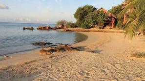 Privat strand, solsenger og kajakkpadling