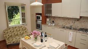 Full-sized fridge, microwave, dishwasher, coffee/tea maker