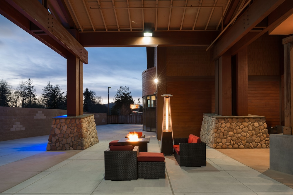 Terrace/Patio, Holiday Inn Express Klamath - Redwood Ntl Pk Area