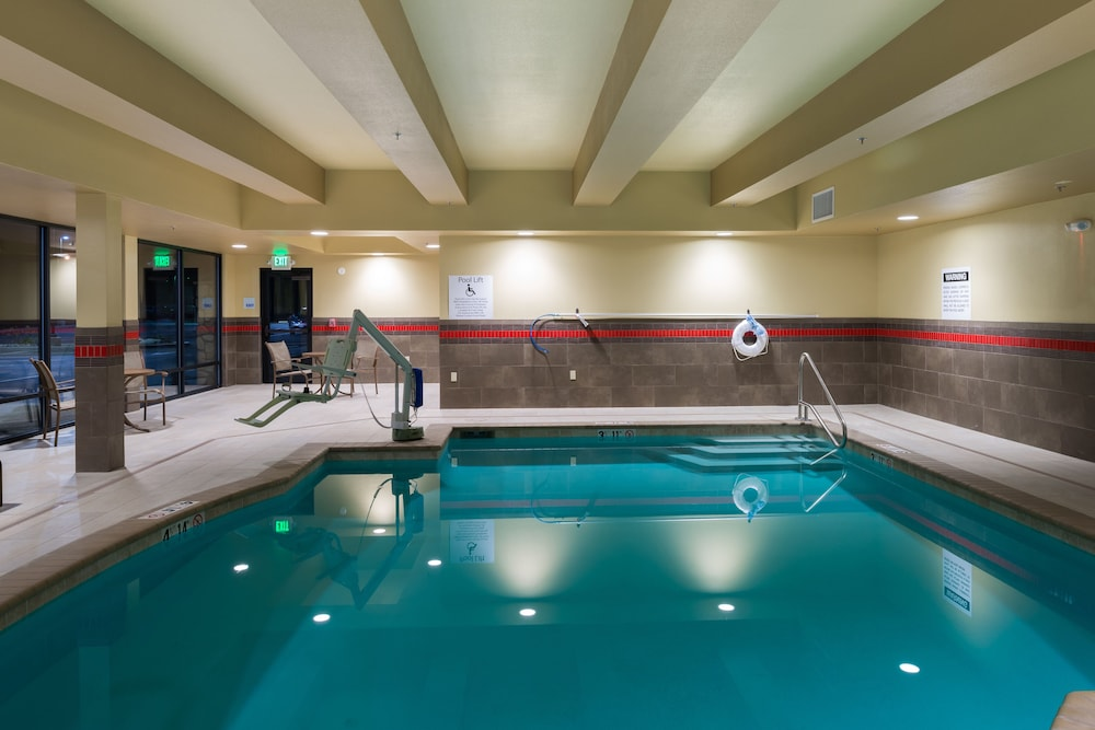 Pool, Holiday Inn Express Klamath - Redwood Ntl Pk Area