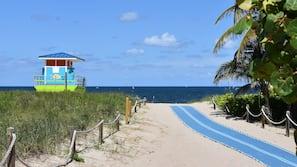 Ubicación cercana a la playa, arena blanca, tumbonas y toallas de playa
