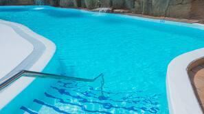 5 piscines extérieures, parasols de plage, chaises longues