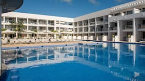 13 piscine all'aperto, ombrelloni da piscina, lettini