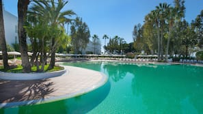 Piscina cubierta, una piscina al aire libre, sombrillas, tumbonas