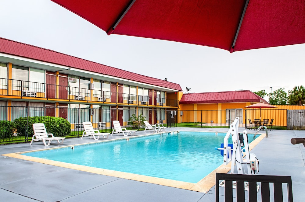 Outdoor Pool, Red Roof Inn Slidell
