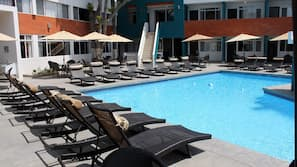 Una piscina al aire libre (de 9:00 a 21:00), sombrillas, tumbonas