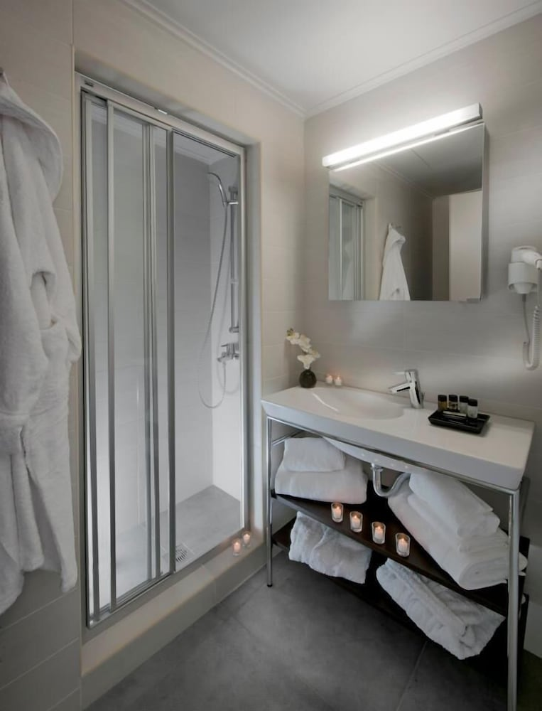 Bathroom, Karavia Lux Inn