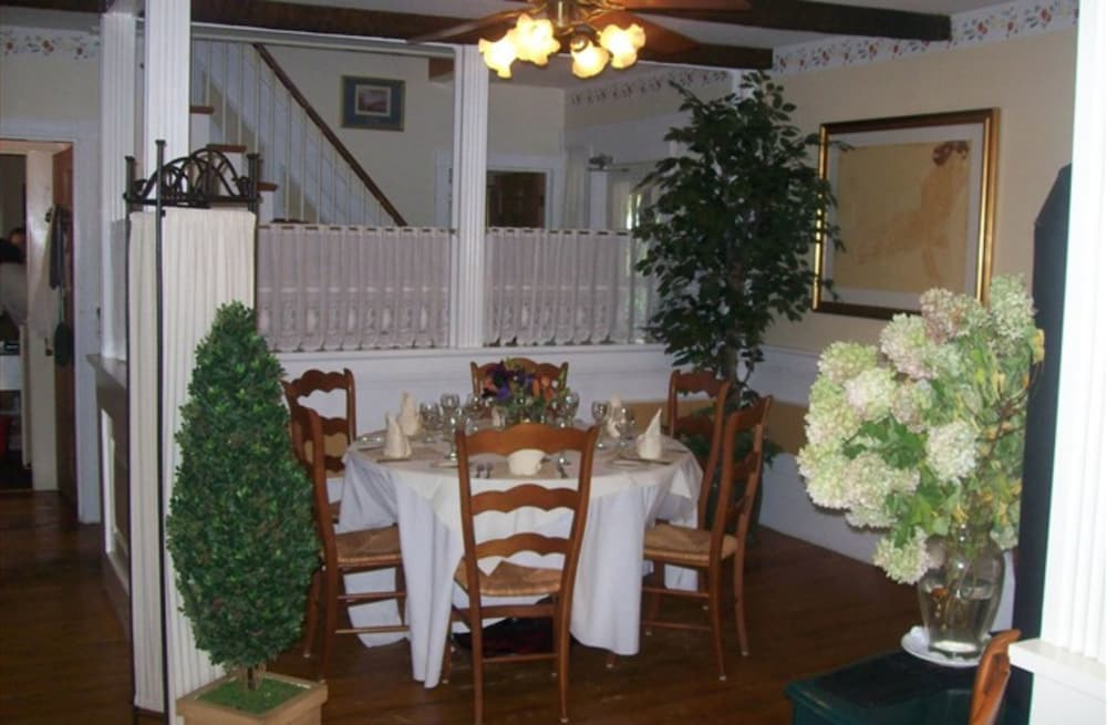 Breakfast Area, Youngtown Inn & Restaurant