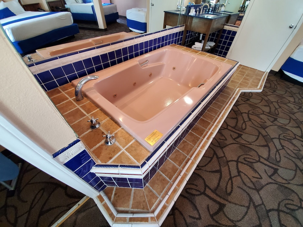 Private Spa Tub, Colony Inn