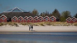 Plage, sable blanc, serviettes de plage, navigation en bateau à moteur