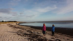 Am Strand, weißer Sandstrand, Strandtücher, Motorbootfahrt