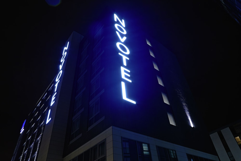 Front of Property - Evening/Night, Novotel London Brentford
