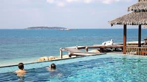 室外游泳池,07:00 至 19:00 开放,池畔遮阳伞,日光浴躺椅