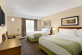 Colonial Square Inn & Suites