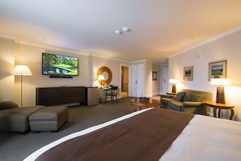 Luxury Suite, 1 King Bed, Balcony, Golf View - Guestroom