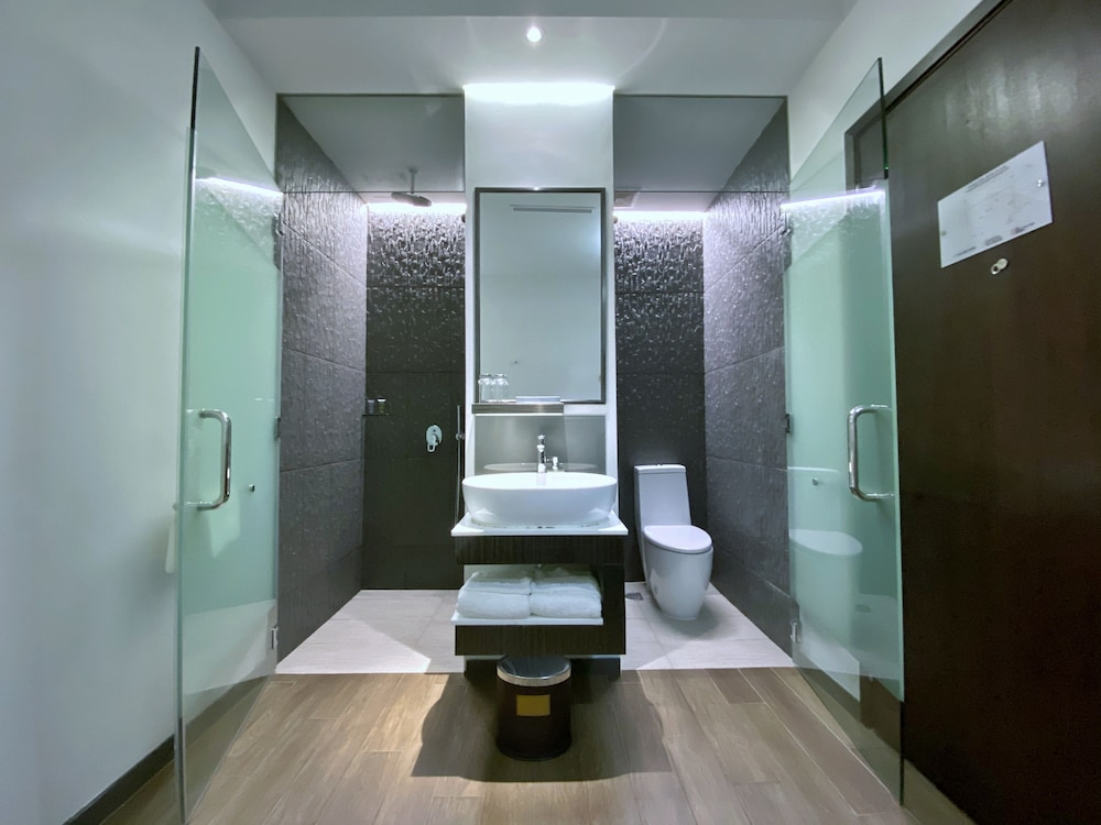 Bathroom Shower, Bliss Hotel Singapore (SG Clean)