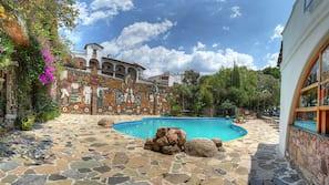 2 piscinas al aire libre (de 9:00 a 19:00), sombrillas, tumbonas