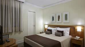 2 sovrum, värdeförvaringsskåp på rummet och skrivbord