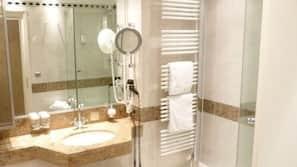 Designer-Toilettenartikel, Haartrockner, Bademäntel, Hausschuhe