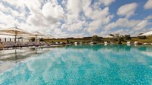Indendørs pool, udendørs pool, parasoller, liggestole