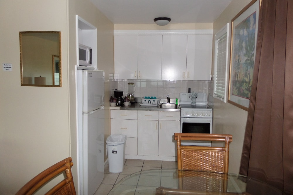 Private Kitchenette, Daytona Shores Inn and Suites