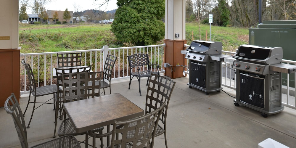 BBQ/Picnic Area, Candlewood Suites Eugene Springfield, an IHG Hotel