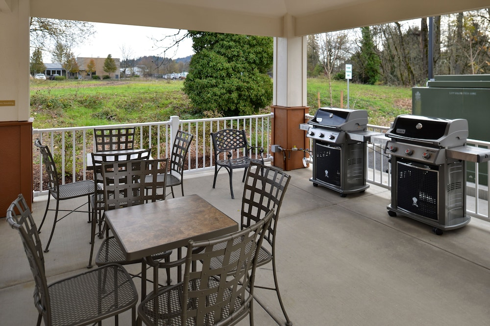 Terrace/Patio, Candlewood Suites Eugene Springfield, an IHG Hotel