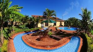 Piscina interna, 5 piscinas externas, guarda-sóis, espreguiçadeiras