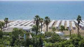 In Strandnähe, Liegestühle, Sonnenschirme, Wasserski