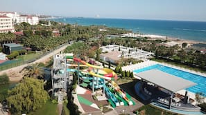 Liegestühle, Sonnenschirme, Volleyball, Strandbar