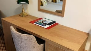 Escritorio y tabla de planchar con plancha